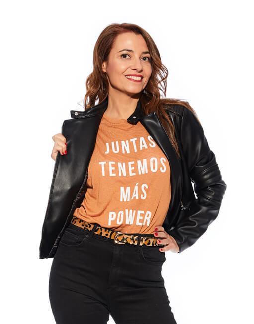 """Camiseta marrón """"Juntas tenemos más power"""""""